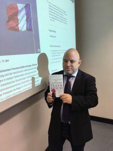 """Prof. Friedrich Figge mit dem Buch, das ihn besonders beeindruckt hat: """"Geheimes Frankreich"""""""