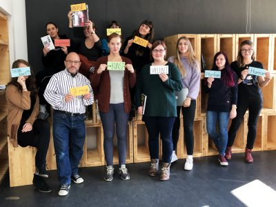 Gruppenbild mit Professor Friedrich Figge und elf Studentinnen der Buch- und Medienproduktion